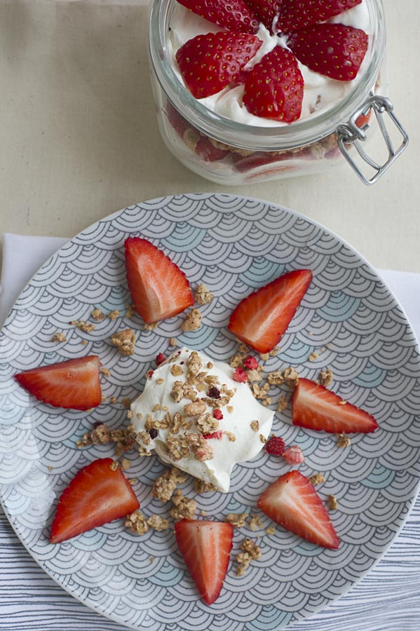 granola-strawberry-greek-yogurt